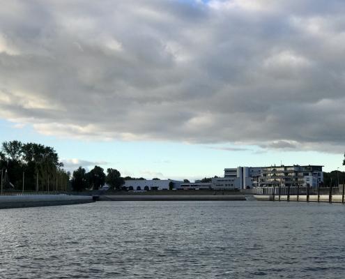 2018-08-30 Mein Wedel - Schulauer Hafen von Westmole bei bewölktem Himmel