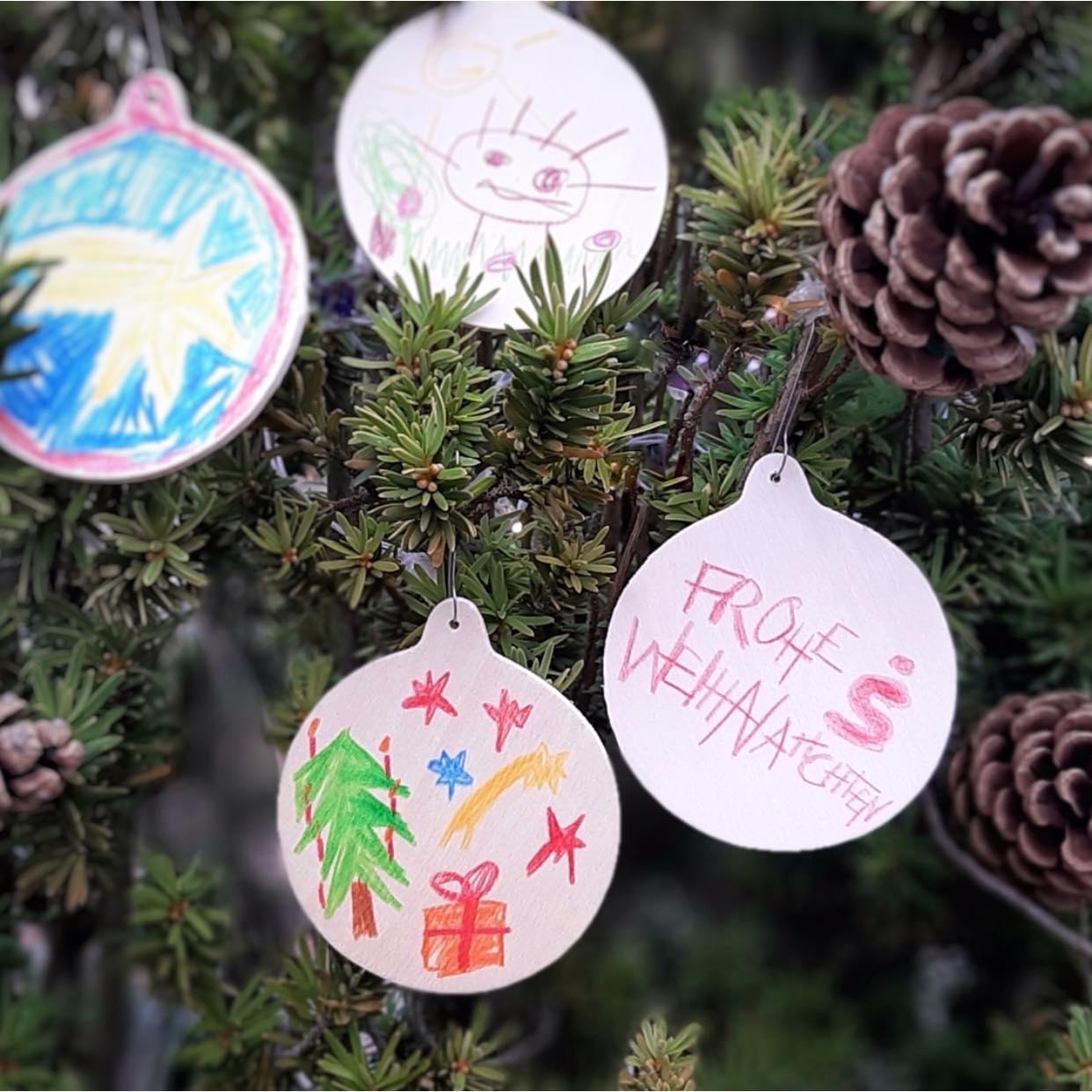 Mein-Wedel-Stadtsparkasse-Wedel-Weihnachtsbaum-Schmuck-Spende-Kinder